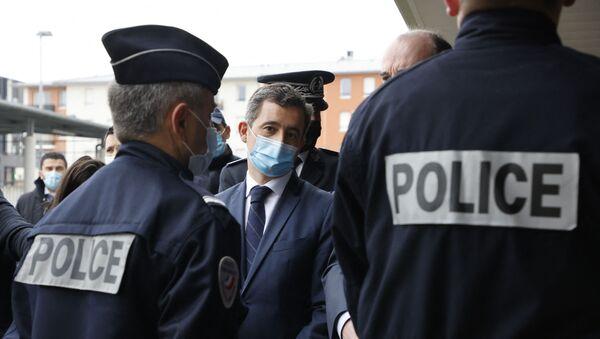 Le ministre de l'Intérieur Gérald Darmanin entouré de policiers à Beauvais, mars 2021 - Sputnik France