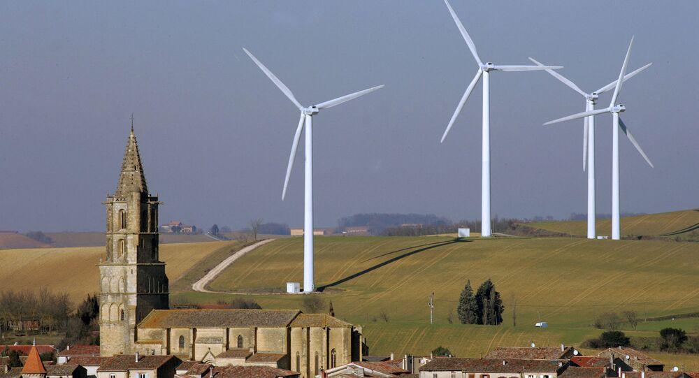 Des éoliennes entourent le clocher du village d'Avignonet de Lauragais, le 25 janvier 2006. AFP PHOTO GEORGES GOBET