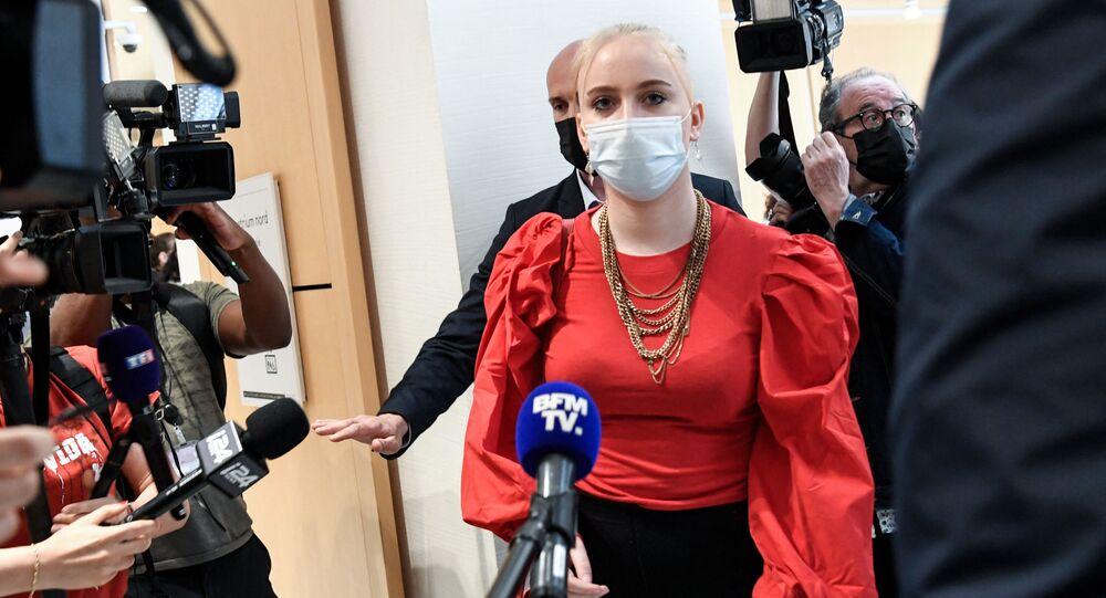 Mila, revient dans la salle d'audience, le jour du procès