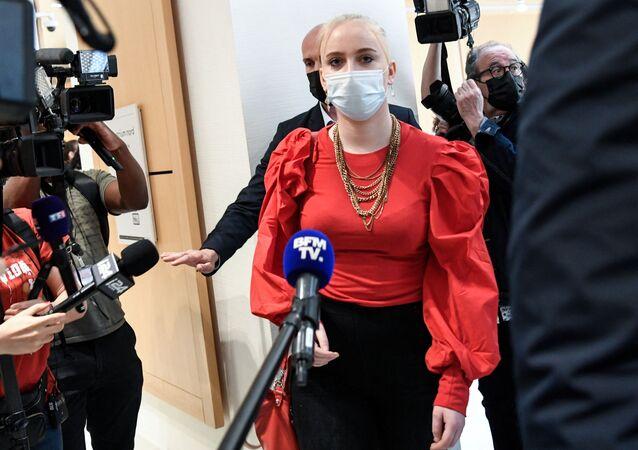 Mila, dix-huit ans, revient dans la salle d'audience après une pause lors de l'audience d'ouverture du procès dit de l'affaire Mila, où treize personnes font face à des accusations de harcèlement en ligne et, dans certains cas, de menaces de mort contre l'adolescent de l'époque qui a publié les médias sociaux tirades contre l'islam, qui l'ont vue placée sous protection policière et contrainte de changer d'école, le 3 juin 2021 à Paris.