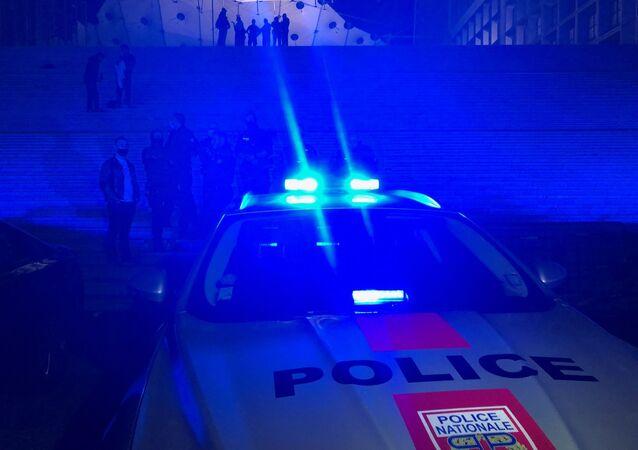 Une voiture de police lors d'une manifestation nocturne. Image d'imllustration