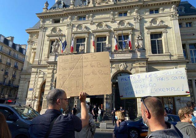 Une manifestation des riverains contre les salles de shoot, devant la mairie du XVIII arrondissement de Paris