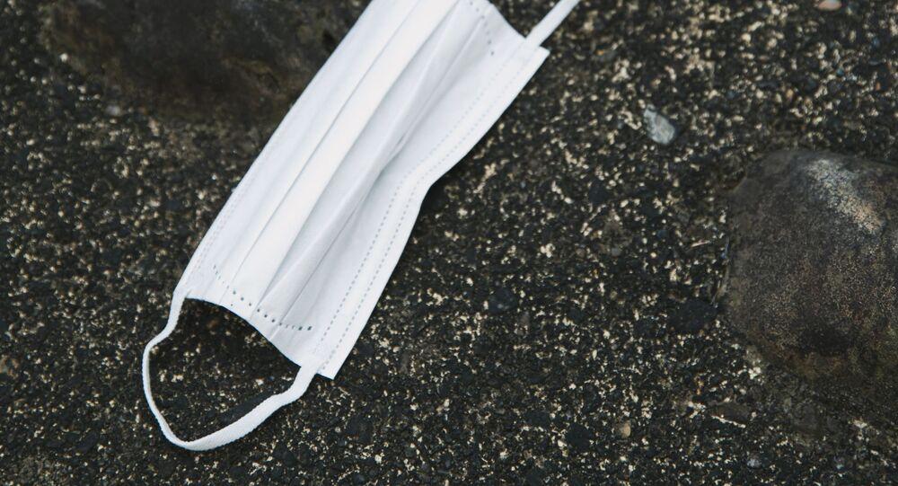 Un masque de protection jeté au sol