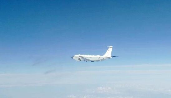 Un avion de reconnaissance américain escorté par un chasseur russe au-dessus de l'océan Pacifique