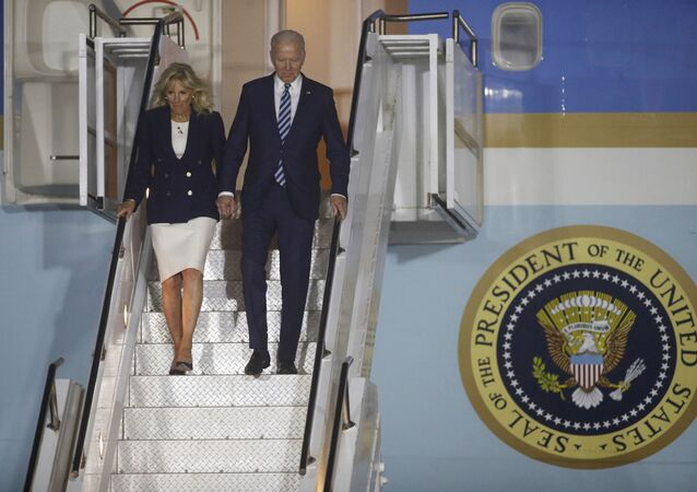 Joe Biden le 9 juin à la descente de l'avion (Phil Noble/Pool Photo via AP)
