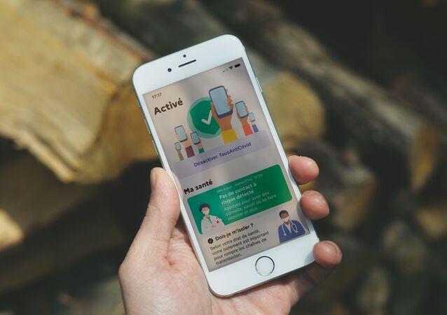 Une application Covid sur un IPhone. Image d'illustration