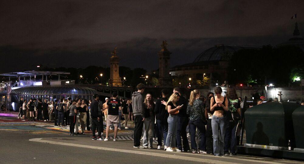 Des jeunes au bord de la Seine après le couvre-feu de 23 heures (le 12 juin 2021)