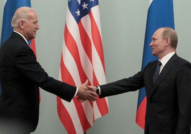 Joe Biden et Vladimir Poutine lors d'une rencontre à Moscou en 2011 (archive photo)