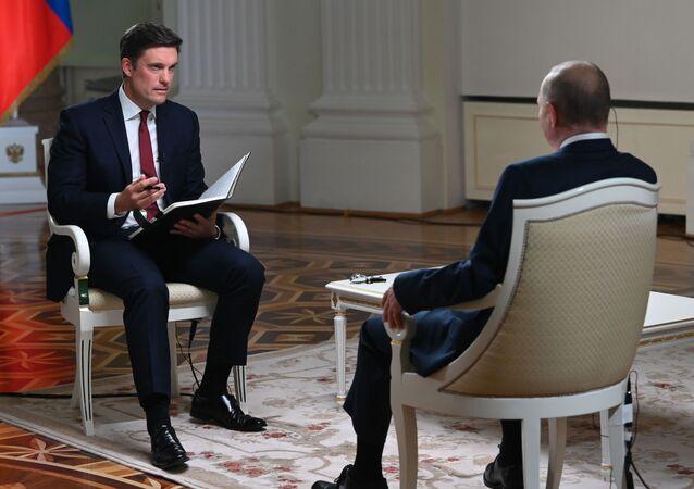 Vladimir Poutine accorde une interview à un journaliste de la chaîne de télévision NBC, Keir Simmons (à gauche), le 11 juin 2021