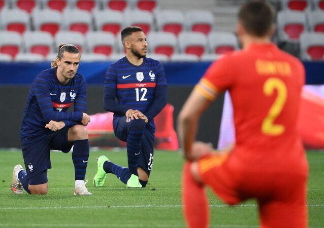 Les joueurs de l'équipe de France Antoine Grizemann et Corentin Tolisso s'agenouillant contre le racisme avant le match amical de préparation de l'Euro contre le Pays de Galles, le 2 juin 2021