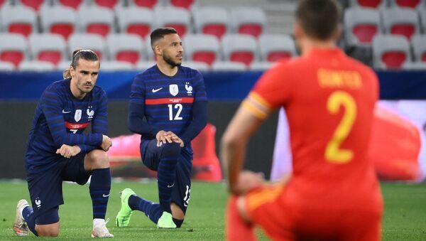 Les joueurs de l'équipe de France Antoine Grizemann et Corentin Tolisso s'agenouillant contre le racisme avant le match amical de préparation de l'Euro contre le Pays de Galles, le 2 juin 2021 - Sputnik France