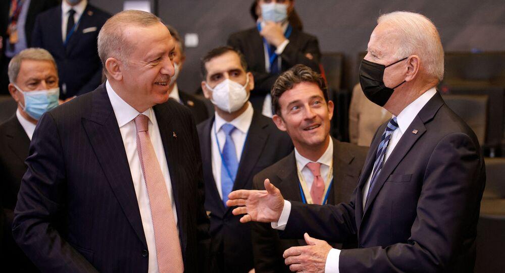 Le président des Etats-Unis Joe Biden s'adressant au président turc Recep Tayyip Erdogan lors du sommet de l'Otan à Bruxelles, le 14 juin 2021