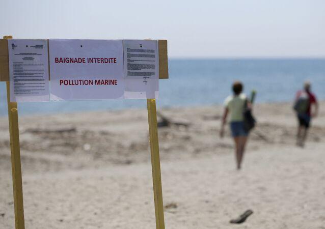 Baignade interdite sur la plage d'Aleria en Corse suite à une pollution aux hydrocarbures