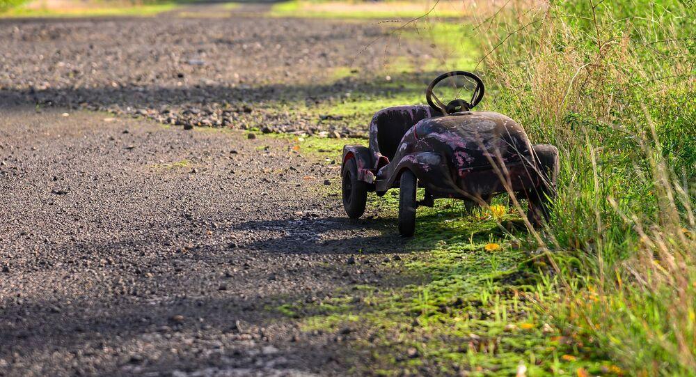 Une voiture d'enfant abandonnée dans la nature. Image d'illustration