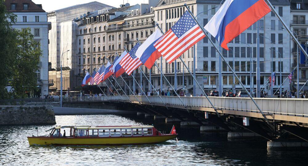 Les drapeaux russe et américain sur le pont du Mont-Blanc à Genève à l'occasion du sommet Poutine-Biden