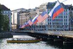 Флаги России и США на мосту Монблан в Женеве, вывешенные в преддверии саммита президента России Владимира Путина и президента США Джо Байдена.