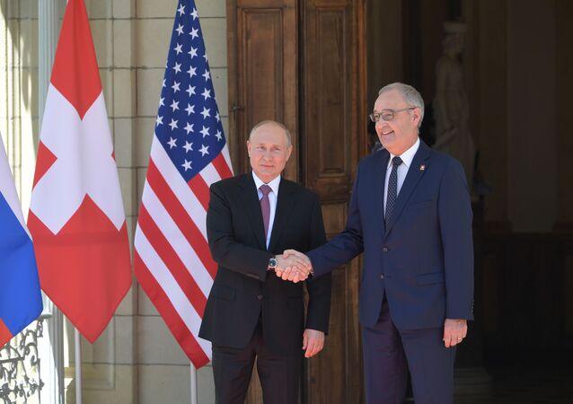 Vladimir Poutine accueilli par le Président de la Confédération suisse Guy Parmelin à l'entrée de la villa La Grange à Genève