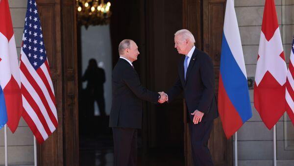 Poignée de main entre Vladimir Poutine et Joe Biden à la villa La Grange à Genève, le 16 juin 2021 - Sputnik France