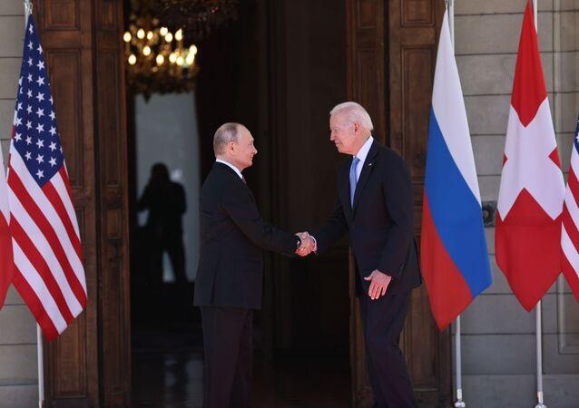 Poignée de main entre Vladimir Poutine et Joe Biden à la villa La Grange à Genève, le 16 juin 2021