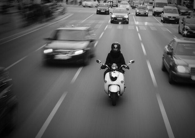 Un scooter en ville. Image d'illustration