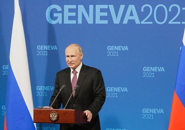Vladimir Poutine lors de la conférence de presse donnée à l'issue du sommet avec Joe Biden