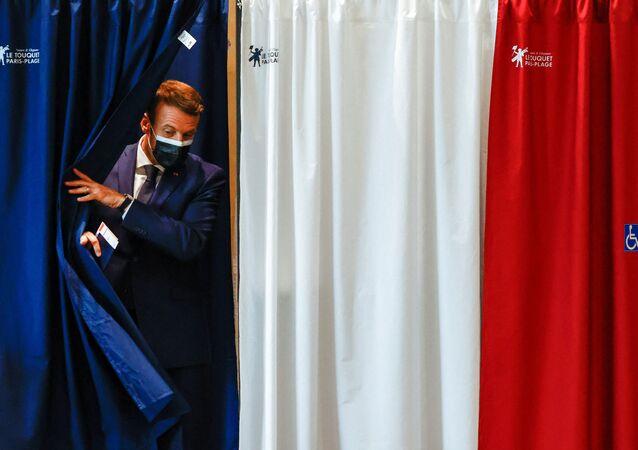 Le Président de la République Emmanuel Macron vote au Touquet pour le premier tour des élections régionales, le 20 juin 2021
