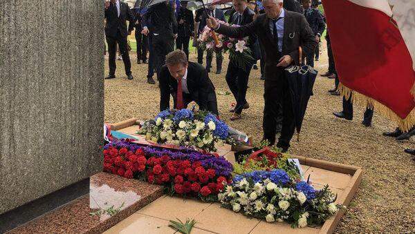 Dépôt de fleurs au cimetière soviétique à Noyers-Saint-Martin - Sputnik France
