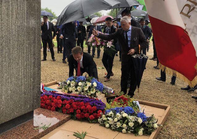 Dépôt de fleurs au cimetière soviétique à Noyers-Saint-Martin
