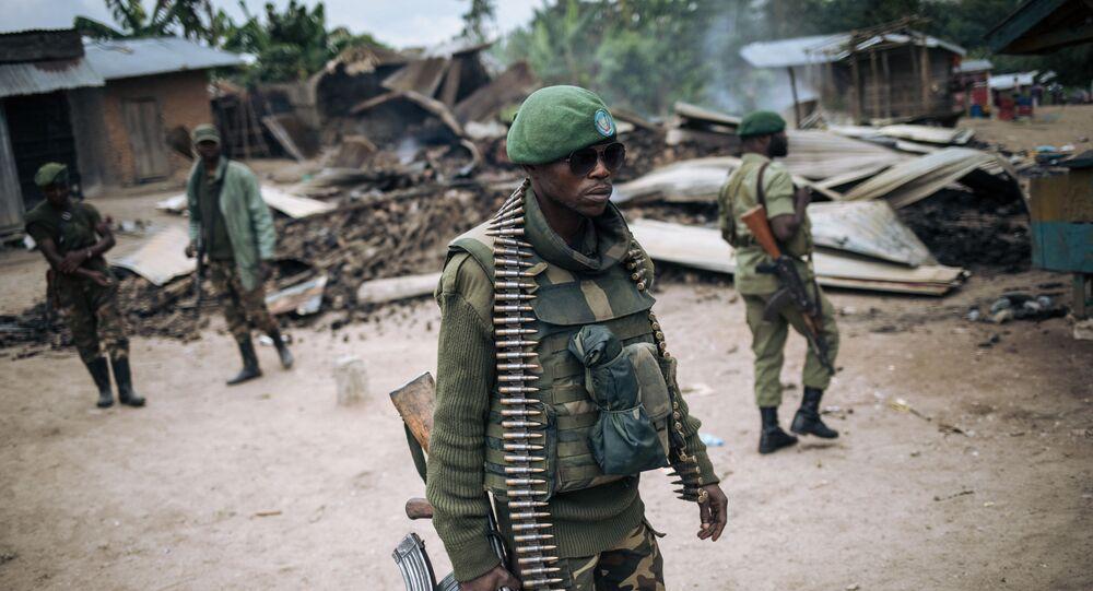 Un soldat des Forces armées de la République démocratique du Congo (FARDC) participe à une patrouille dans le village de Manzalaho près de Beni le 18 février 2020, à la suite d'une attaque qui aurait été perpétrée par des membres du groupe Forces démocratiques alliées (ADF),