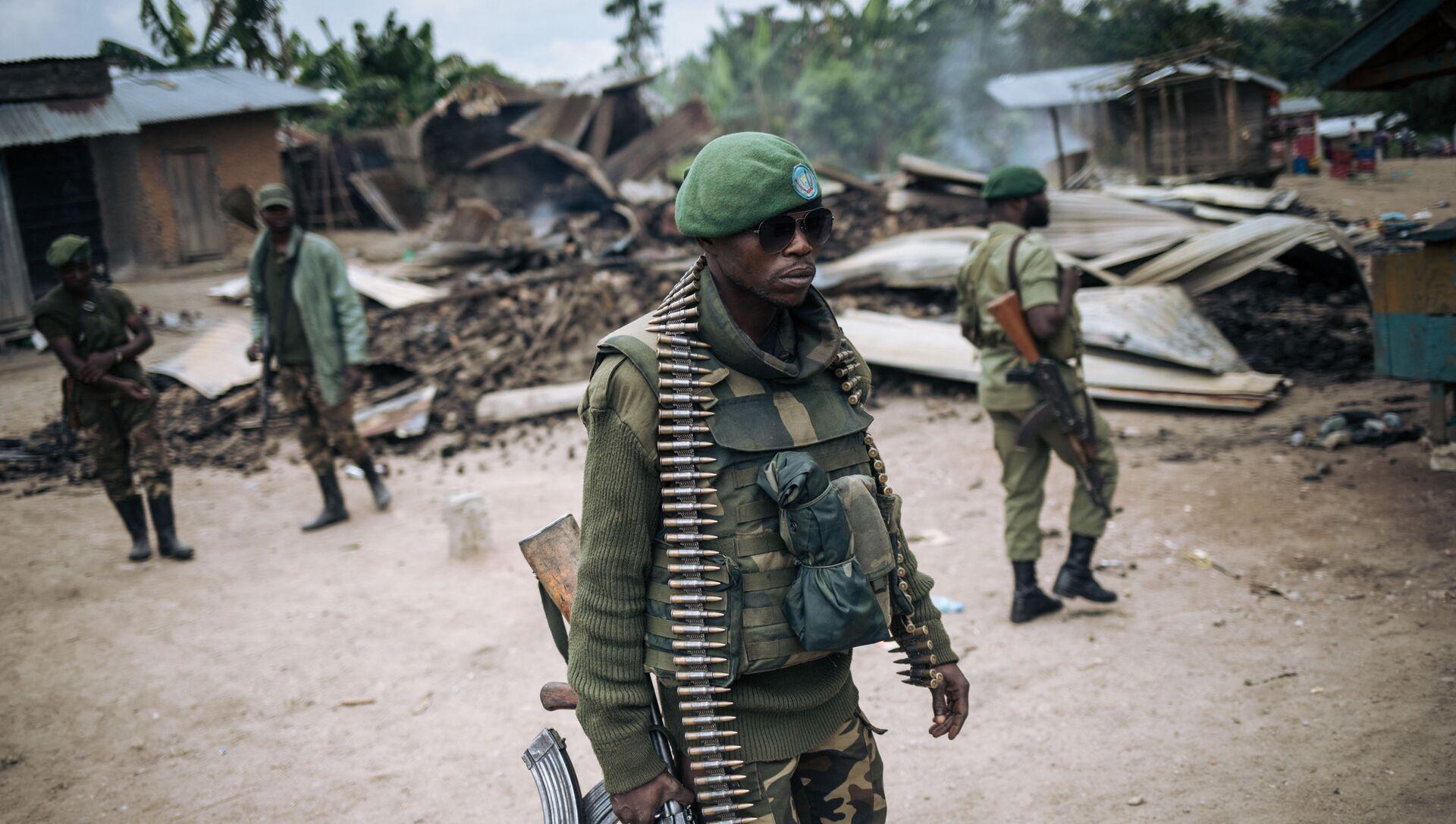 Un soldat des Forces armées de la République démocratique du Congo (FARDC) participe à une patrouille dans le village de Manzalaho près de Beni le 18 février 2020, à la suite d'une attaque qui aurait été perpétrée par des membres du groupe Forces démocratiques alliées (ADF), - Sputnik France, 1920, 06.09.2021