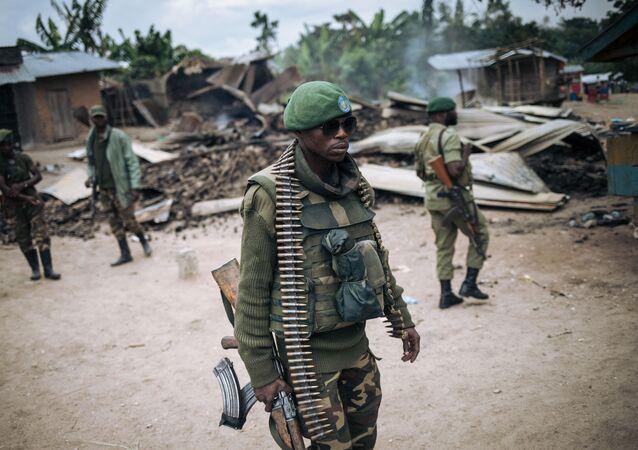 Un soldat des Forces armées de la République démocratique du Congo (FARDC) participe à une patrouille dans le village de Manzalaho près de Beni le 18 février 2020, à la suite d'une attaque qui aurait été perpétrée par des membres du groupe Forces démocratiques alliées (ADF)