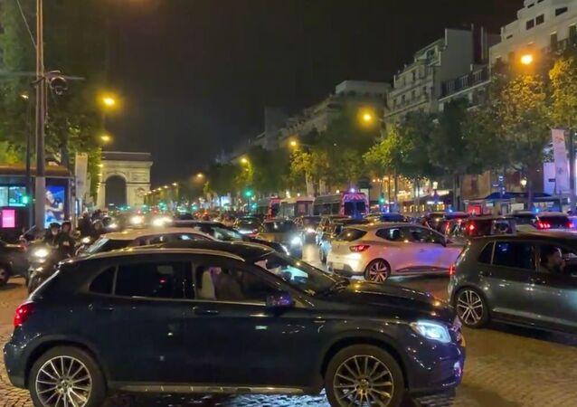 Les Français fêtent leur qualification et première place du groupe sur les Champs-Élysées, le 24 juin 2021