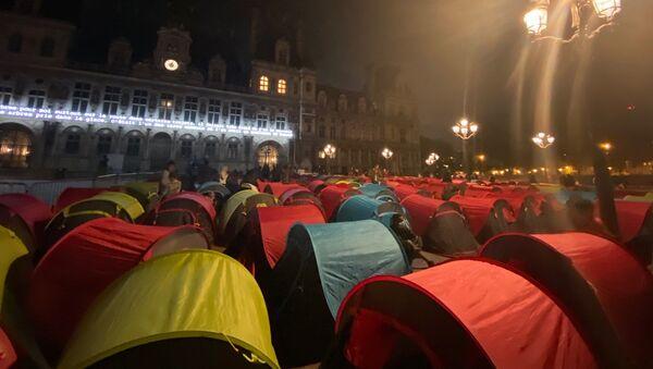 Des migrants installent des tentes devant la mairie de Paris - Sputnik France