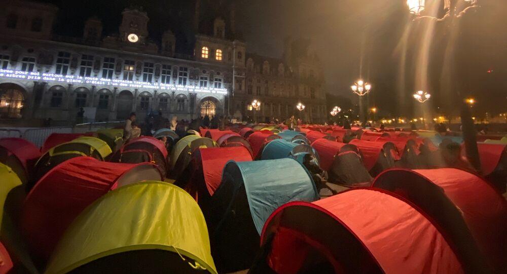 Des migrants installent des tentes.