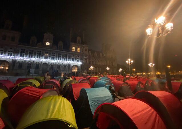 Des migrants installent des tentes devant la mairie de Paris