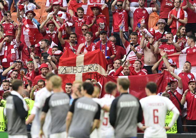 Les supporters de la sélection danoise célèbrent la fin du match ayant opposé leur équipe au pays de Galles, remporté sur le score de 4 à 0