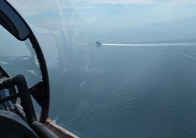 Le HMS Defender à la frontière russe
