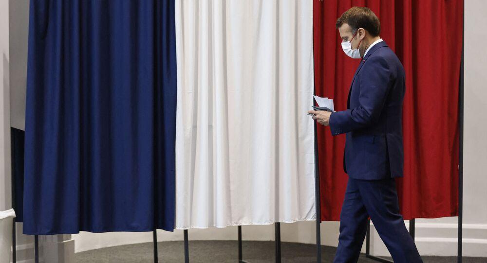 Le Président de la République Emmanuel Macron vote au Touquet pour le deuxième tour des élections régionales, le 27 juin 2021