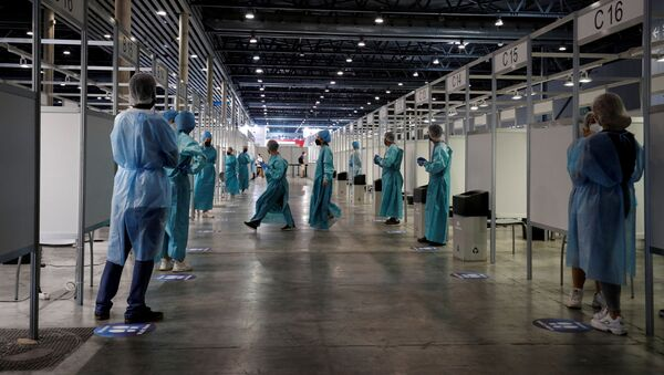 Health workers wait to test people for COVID-19 before the Mobile World Congress (MWC) at Fira de Barcelona, in Barcelona, Spain June 27, 2021. - Sputnik France