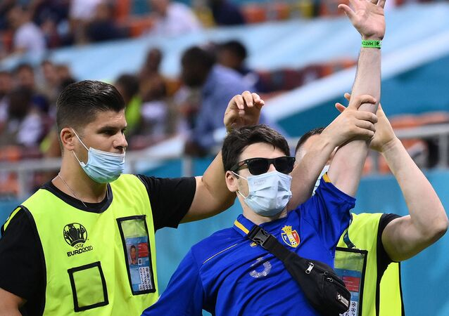 Un intrus sur la pelouse du stade de Bucarest