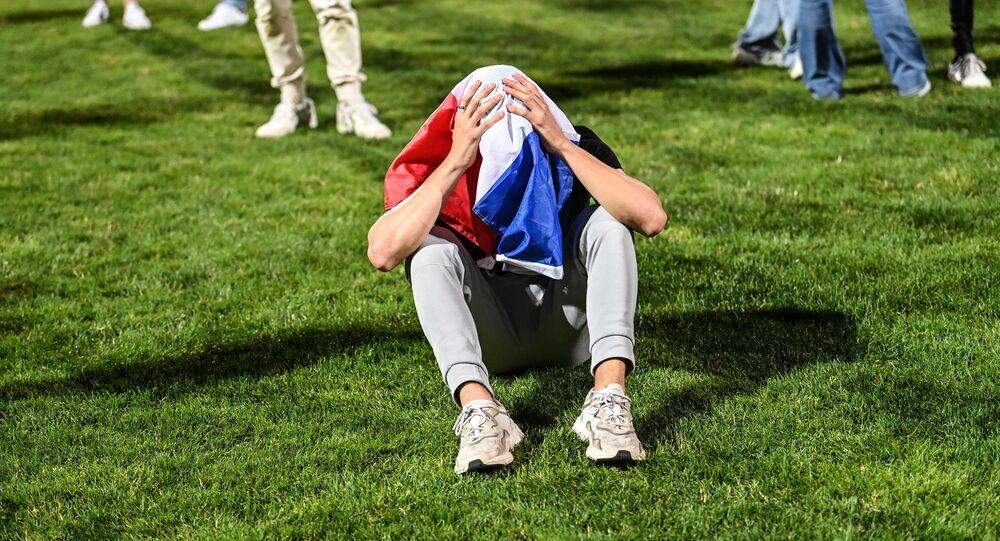 Un supporteur des Bleus après la défaite de la France face à la Suisse à l'Euro 2020