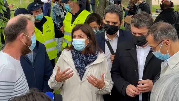 Anne Hidalgo s'est rendue aux Jardins d'Éole, ce parc du XVIIIe arrondissement de Paris où les consommateurs de crack avaient été regroupés provisoirement, et à qui l'accès est désormais interdit - Sputnik France