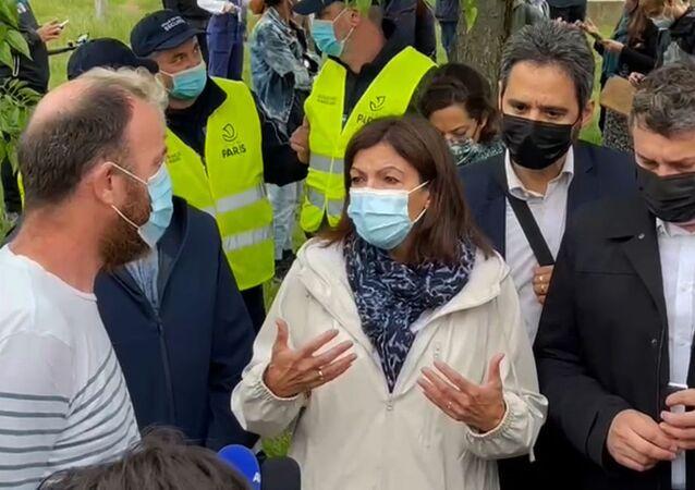Anne Hidalgo s'est rendue aux Jardins d'Éole, ce parc du XVIIIe arrondissement de Paris où les consommateurs de crack avaient été regroupés provisoirement, et à qui l'accès est désormais interdit