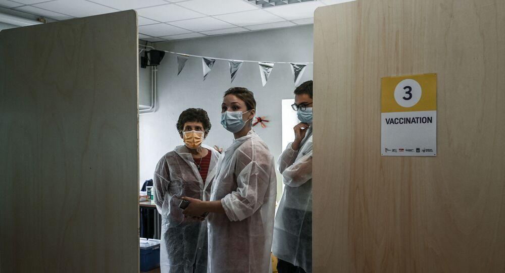 Des soignants vaccinent contre le Covid-19 au centre de vaccination de Bacalan près de Bordeaux, mai 2021