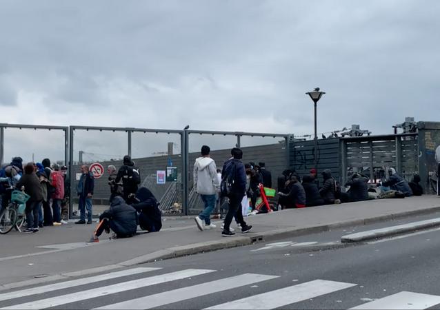 Les fumeurs de crack se regroupent autour de la grille des jardins d'Éole, le 30 juin 2021