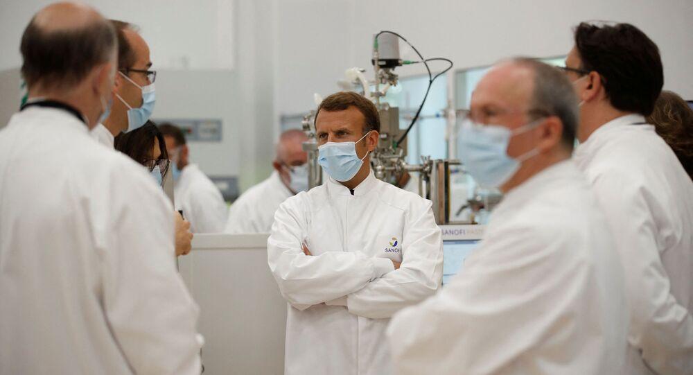 Le Président de la République française Emmanuel Macron visite un laboratoire Sanofi à Marcy-l'Etoile, près de Lyon, juin 2020