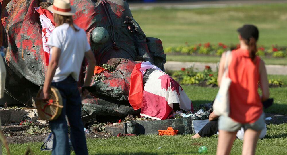 Des statues des reines Victoria et Elizabeth II renversées