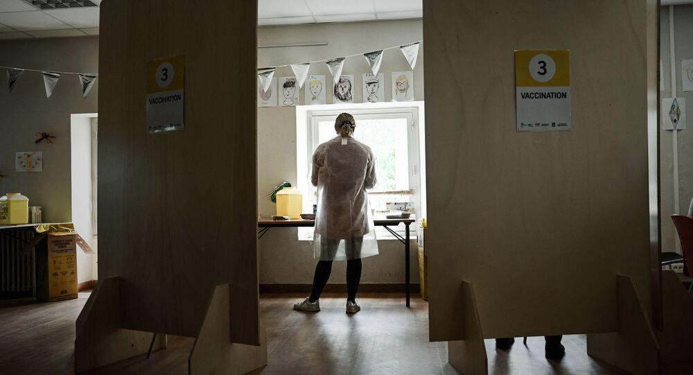 Une soignante dans un centre de vaccination contre le Covid-19 à Bacalan près de Bordeaux, mai 2021