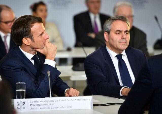 Le Président de la République française Emmanuel Macron et le président des Hauts-de-France Xavier Bertrand lors d'un Comité Stratégique du Canal-Seine-Nord-Europe à Nesle, novembre 2019