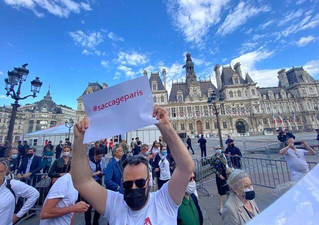 Une manifestations devant l'Hôtel de Ville à Paris, le 6 juillet 2021